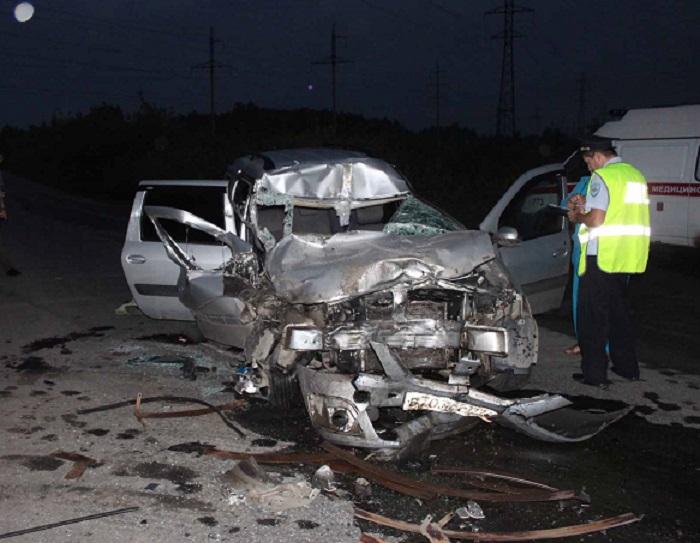 КамАЗ сполуприцепом при развороте смял автомобиль Лада, пассажирка скончалась наместе