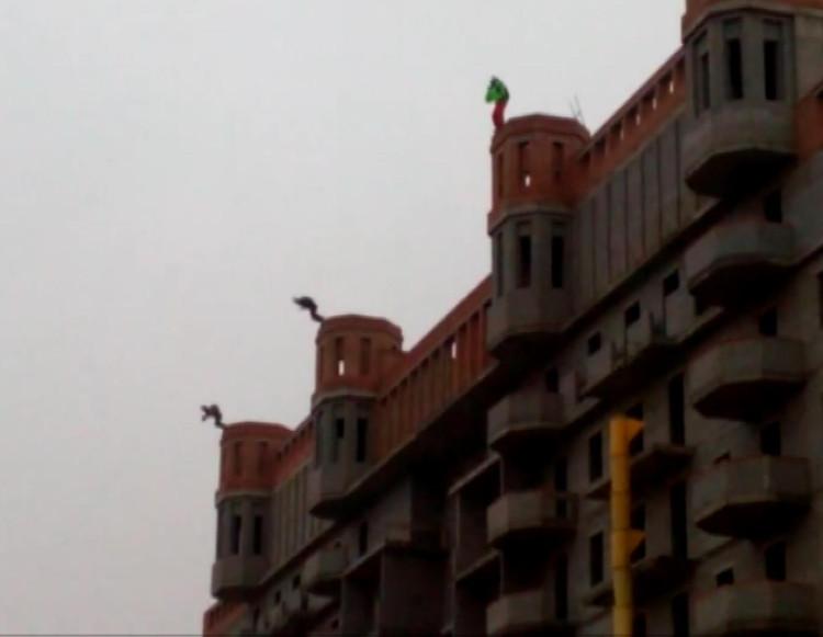 ВЧелябинске снедостроя «Гринфлайта» спрыгнули трое парашютистов