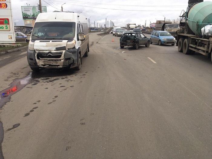 Шофёр микроавтобуса протаранил ВАЗ, пострадал четырехмесячный сын