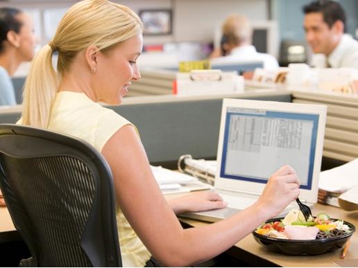 Половине калининградцев приходится обедать зарабочим столом— Опрос