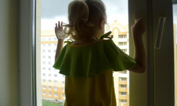 Жительница Челябинска заперла семилетнюю дочь без еды иводы