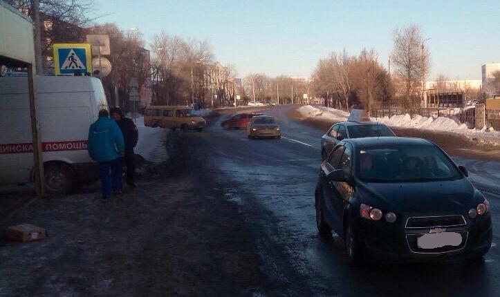 Две школьницы попали под машину, перебегая дорогу внеположенном месте
