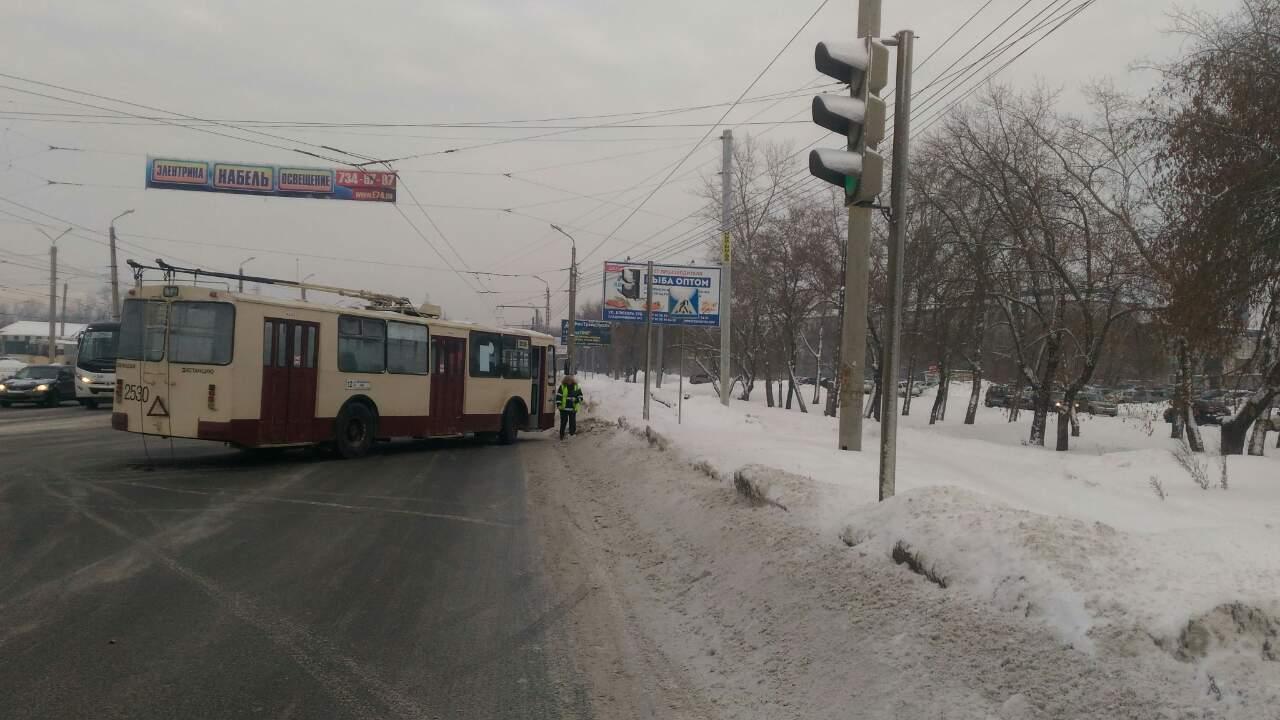 ВЧелябинске троллейбус сбил женщину насветофоре
