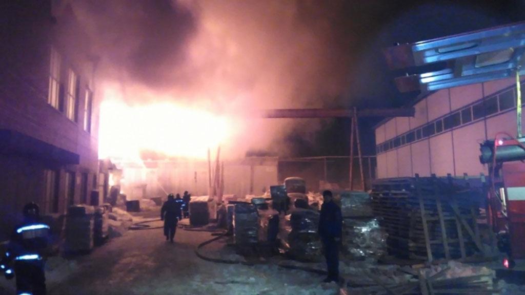 Цех для хранения древесины сгорел накрупной мебельной фабрике вЧелябинске