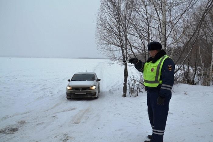 Владельцы автомобилей проложили дорогу польду Шершневского водохранилища
