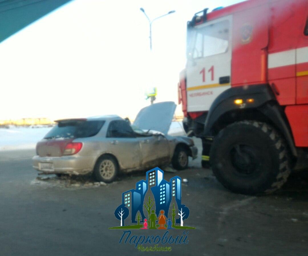 Пожарная машина свключенными спецсигналами столкнулась слегковушкой наперекрестке вЧелябинске