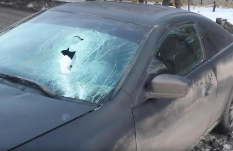 Упавшая скрыши сосулька пробила ветровое стекло автомобиля