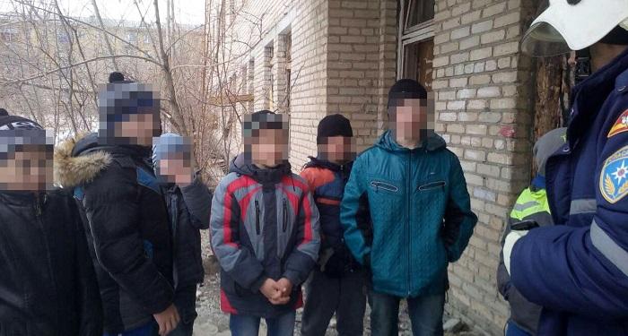 ВМиассе cотрудники экстренных служб вытянули изгорящего здания детей