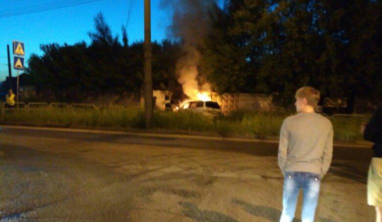 ВЧелябинске автомобиль врезался взабор и зажегся