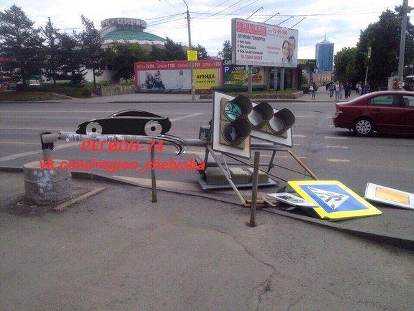 Cветофор рухнул напроезжую часть вцентре Челябинска