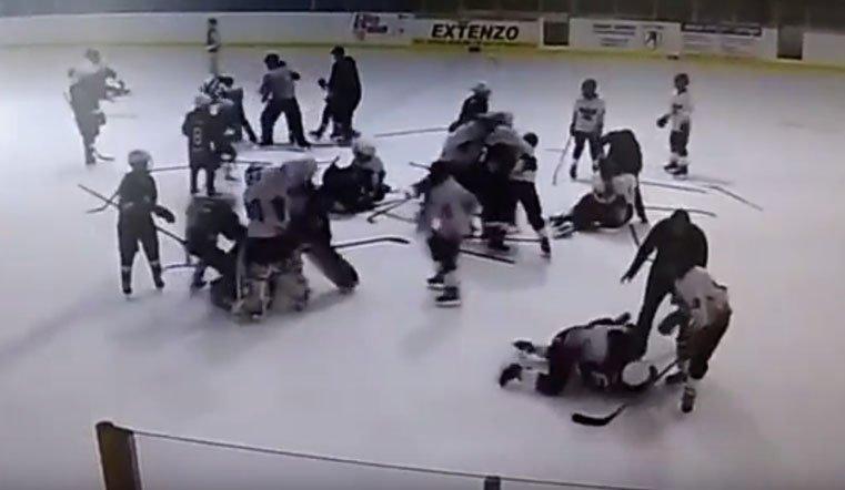 Появилось видео массовой потасовки  12-летних хоккеистов натурнире вЧелябинской области