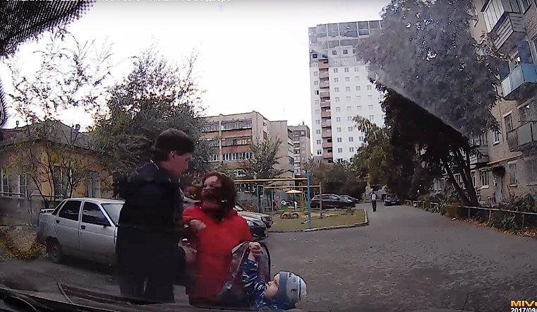 «Кидала ребёнка под машину»: южноуральская яжемать заблокировала выезд спарковки своим сыном