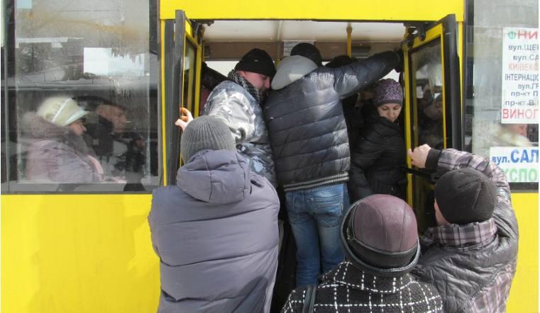 Прямо надорогу: женщина выпала измаршрутки вЧелябинске