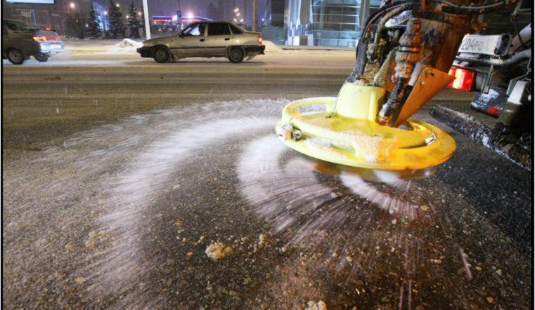 Дорожники пробуют защитить улицы Челябинска отгололедицы