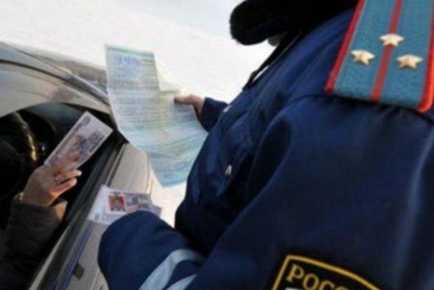 Автомобилист подсунул инспекторам ГИБДД деньги всалон служебного авто