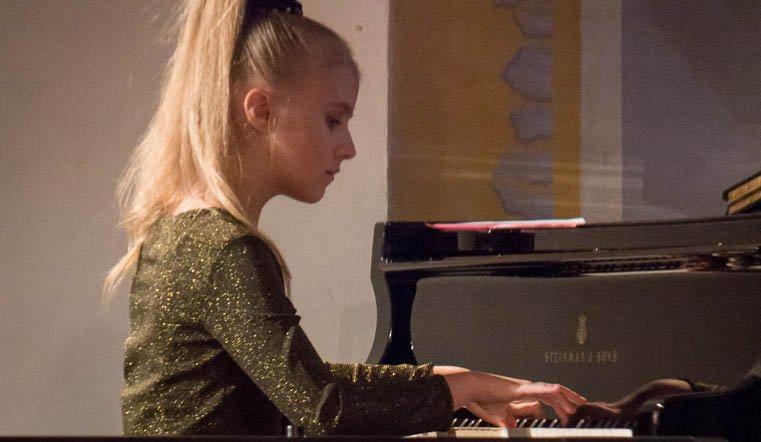 Член в юную пианистку