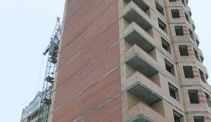 Эту почти завершенную многоэтажку ее будущие жильцы пытаются спасти уже больше года