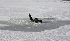 На озере под Чебаркулем ушли под лед два рыбака