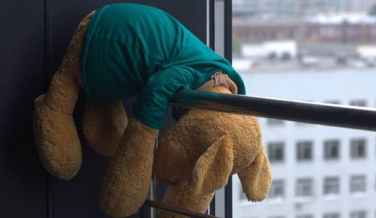 7-летняя девочка едва не выпала из окна