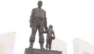 Возложение цветов к памятнику погибшим сотрудникам МВД