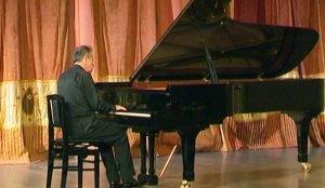 На сольный концерт Михаил Плетнев приехал с необычным роялем