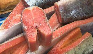 Диетологи советуют есть 100 граммов красной рыбы в день