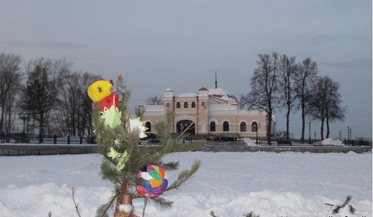 ВКыштыме сломали новогоднюю елку иукрали игрушки