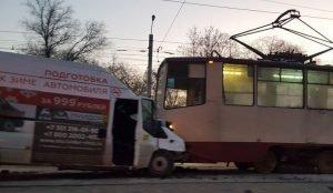 Маршрутка. протаранивная трамвай в Челябинске работала нелегально