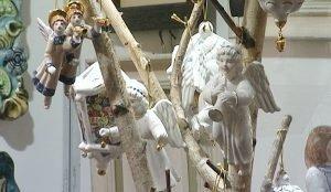 На витринах – рождественские сувениры из керамики