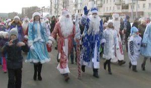 Несколько десятков пар Дедов Морозов и Снегурочек прошлись по проспекту Гагарина