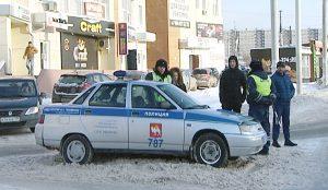 Инспектор останавливает водителя, чья машина есть в базе злостных должников