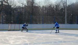 В Чеялябинске начали открывать ледовые площадки во дворах