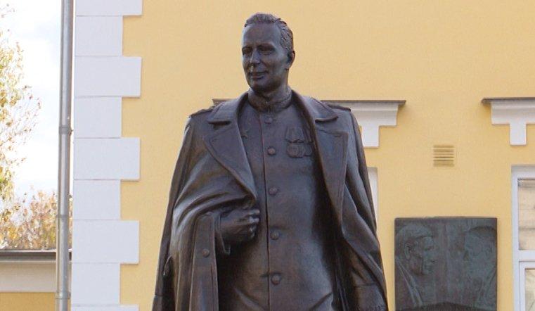 Облик генерала скульптор восстанавливал по немногочисленным официальным фотопортретам