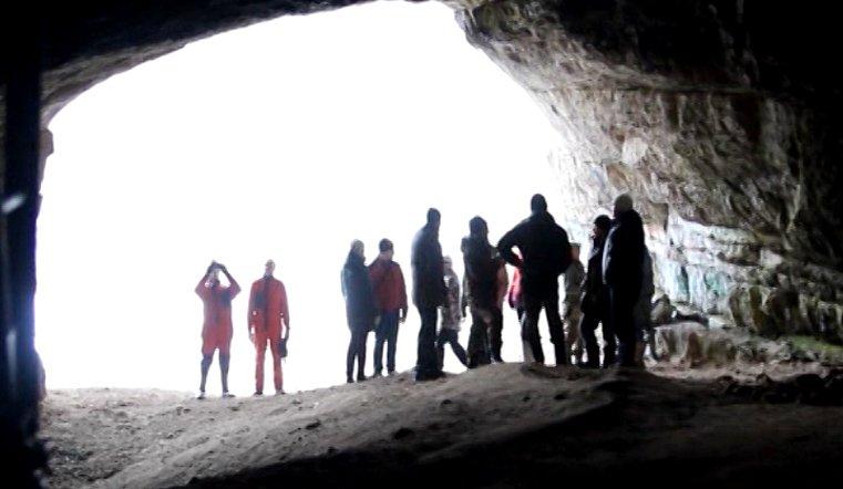 Неосознанно ущерб наносят и туристы, просто находясь в пещере