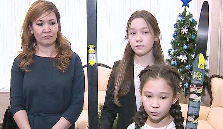 Арина и Анжелика Аминевы вместе с подарком получили именную открытку