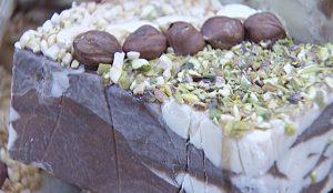 Для сладкоежек – разнообразие лакомств: халва с орехами, десятки сортов меда, полезные сухофрукты