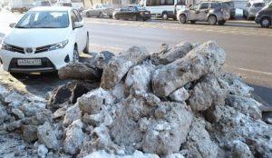 Челябинцы выкладывают снимки снежных куч на городских обочинах