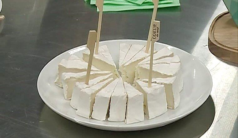 Каждую партию сыра бережно собирают и вручную