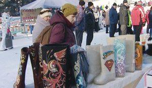 На фестивале представлены валенки с резиновой подошвой, тапочки-валенки