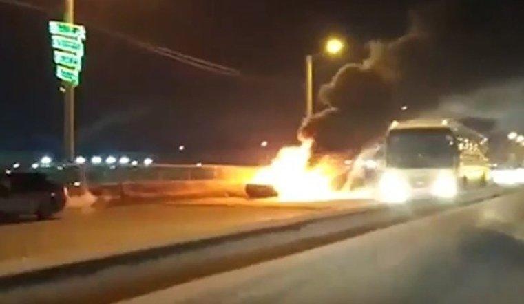 На мосту в Челябинске горел автмобиль