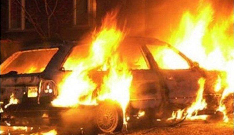 В сгоревшем автомобиле челябинские пожарные обнаружили труп
