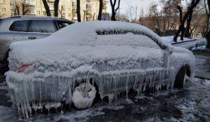 В Челябинске четыре автомобиля оказались под коркой льда из-за коммунальной аварии
