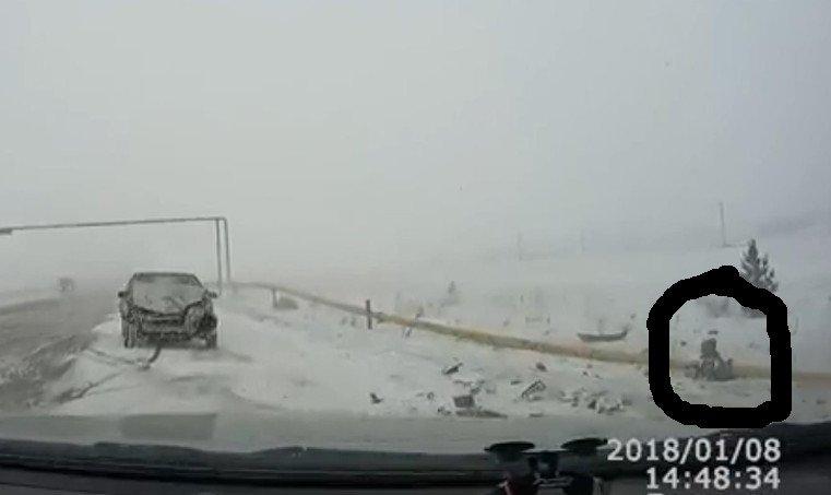 ребенок вылетел из окна машины