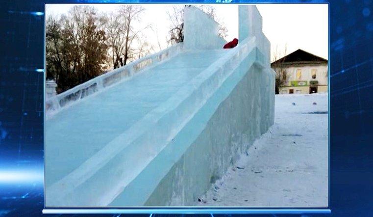Мальчика придавило куском льда на детской горке