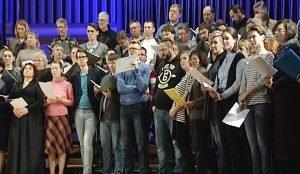 В большой хор 130 человек объединила любовь к пению.