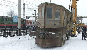 Деревянный снегоочиститель рельсов весит 21 тонну