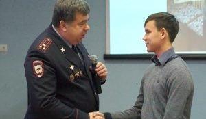 За отвагу сотрудники управления образования и руководители местного отдела МВД вручили девятикласснику грамоту