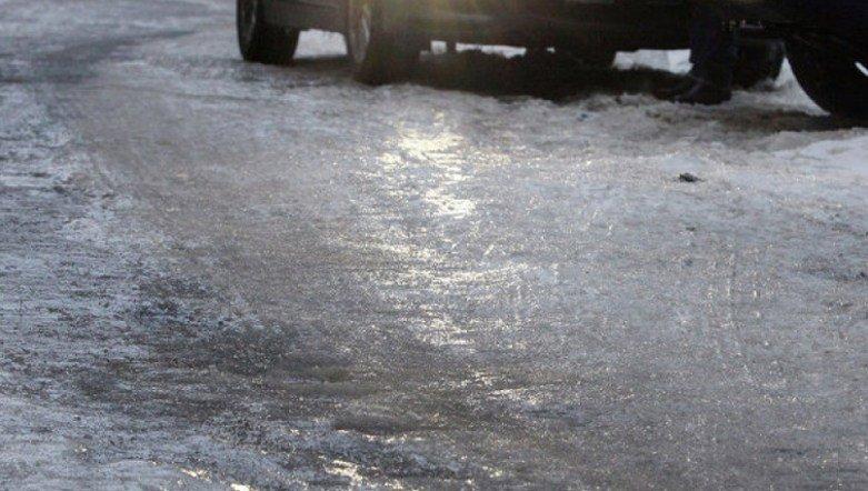 Коммунальная авария вЧелябинске превратила машины вледяные глыбы