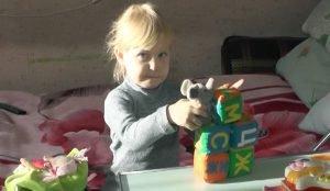 В свои четыре года девочка не знает, что такое детский сад, зато прекрасно знает, что такое больничная палата