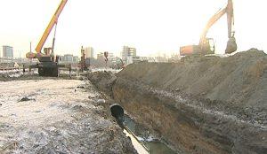 Рабочие перекачивают стоки в систему центральной канализации